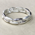 Costume elasticated bracelet in a matt and shiny silver colour
